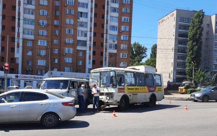 В Липецке столкнулись автобус и легковушка