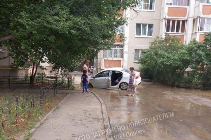 В Воронеже иномарка провалилась вяму из-за прорыва трубопровода
