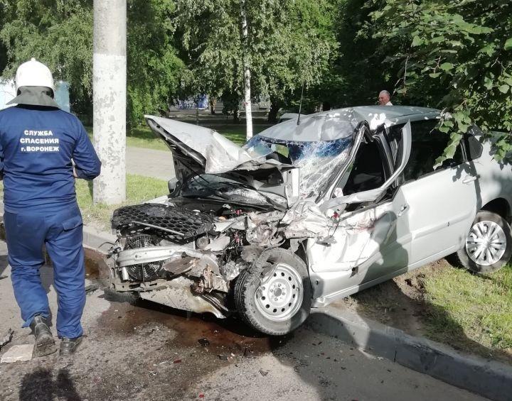 Под Воронежем водитель едва не сгорел заживо, врезавшись в столб