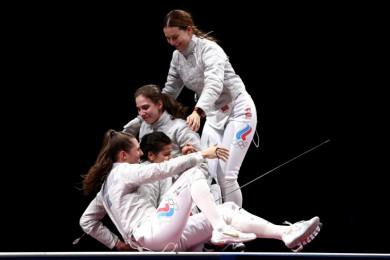 Российские саблистки выиграли золото вкомандном турнире наОлимпиаде вТокио