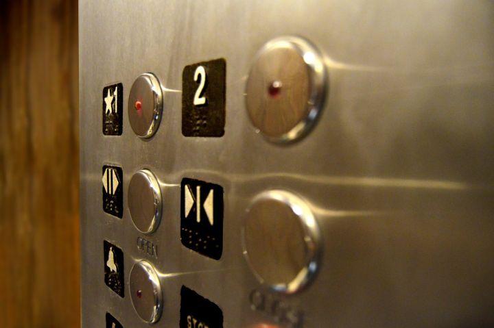 Грузчику зажало голову в лифте на мясокомбинате в Воронежской области