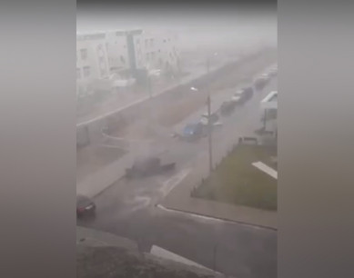 Под Воронежем ветер разметал металлический забор