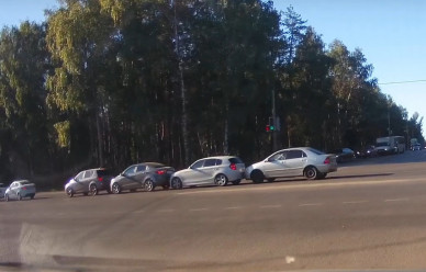 Момент столкновения четырёх авто на9 Января попал навидео