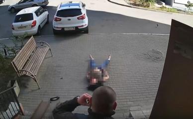 В Воронеже девушка выпала изокна иедва неприземлилась навыходившего изподъезда мужчину