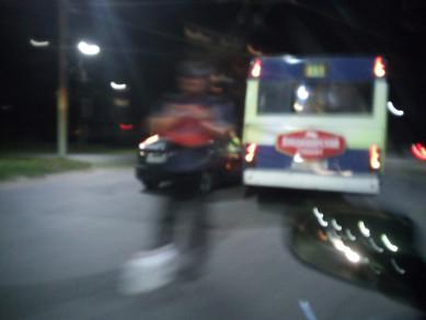 Автобус зажал легковушку на оживлённом кольце в Воронеже