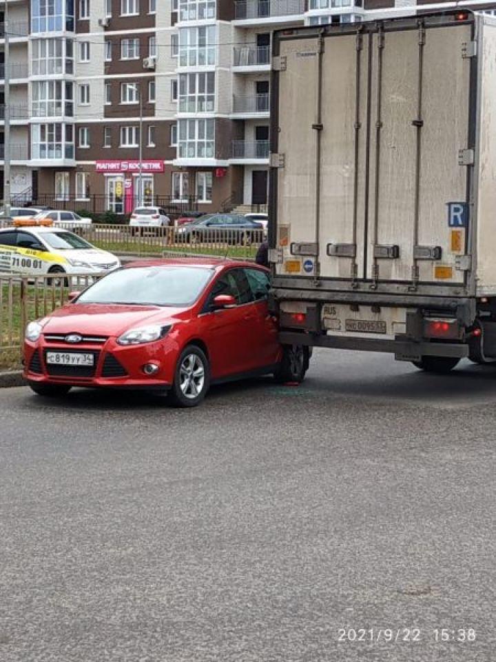 В Липецке фура и легковушка перекрыли улицу Свиридова