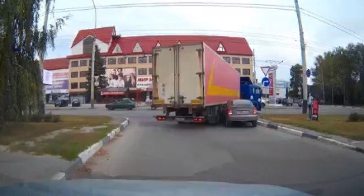 В Тамбове легковушка попала в нелепое ДТП с фурой