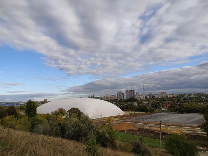 В Белгороде установили купол футбольного манежа
