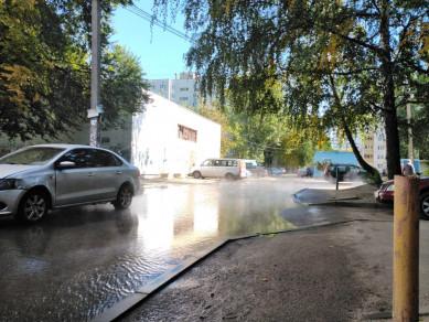 «Яркое начало отопительного сезона: припаркованные машины стоят в кипятке»