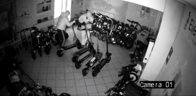 Двое неизвестных взломали воронежский магазин и украли из него электросамокаты (ВИДЕО)