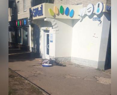 Воронежцы сообщили о девушке, упавшей с козырька магазина