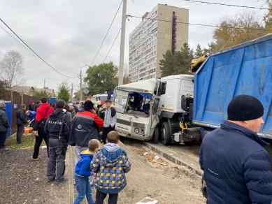 В Воронеже столкнулись грузовик и автобус — трое пострадали