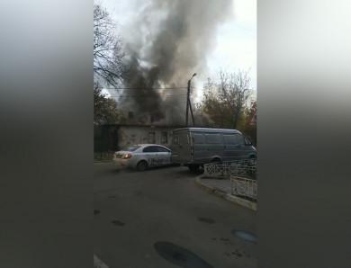 В центре Воронежа загорелся частный дом