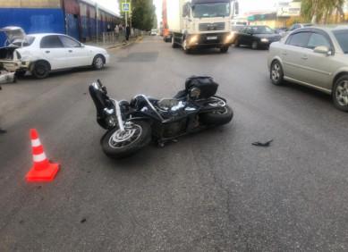 В Воронеже мотоциклист врезался в «Шевроле», которым управлял пенсионер (ВИДЕО)