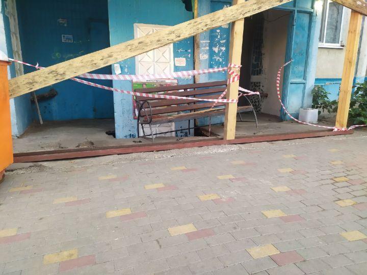 В Белгороде провал плиты возле подъезда так и не устранили