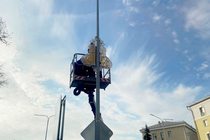 В Липецке монтируют новогоднюю иллюминацию