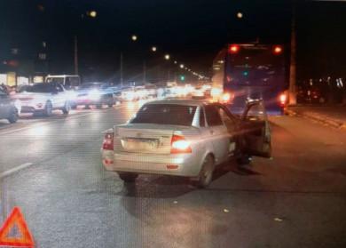 В Воронеже рейсовый автобус влетел влегковушку — есть пострадавший