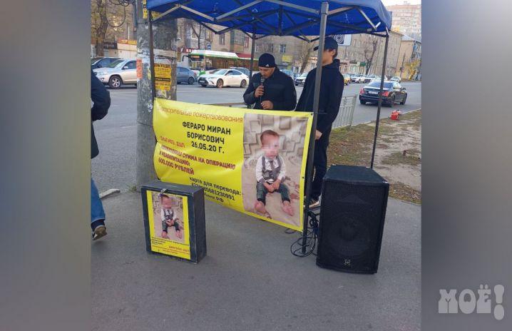 В Воронеже двое мужчин поют песни, собирая деньги якобы длябольного ребёнка