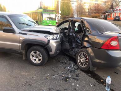 В аварии с двумя легковушками и автобусом в Воронеже пострадали три человека