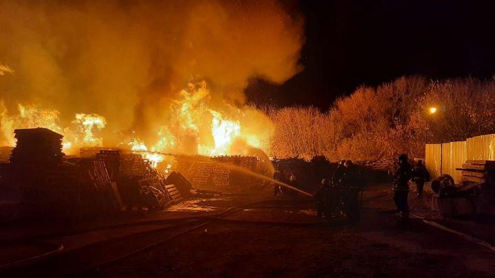 Сильный пожар произошёл на складе в Воронеже (ВИДЕО)