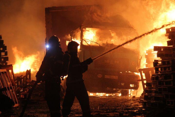 В Воронеже сильный пожар успели потушить до того, как огонь добрался до бензовоз...