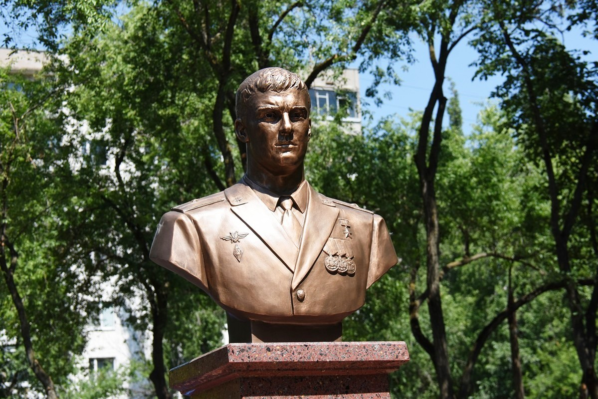 В Воронеже открыли памятник Герою России Роману Филипову