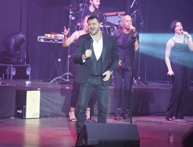 В Воронеже певец-миллионер Эмин рассказал, почему разрешает детям слушать матерн...